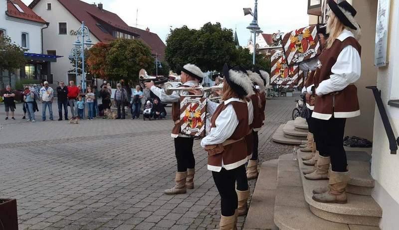 Spontanes Platzkonzert des Fanfarenzugs Unlingen